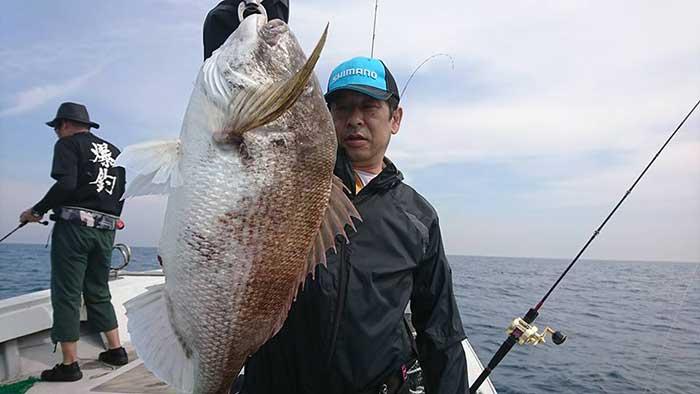 北部九州真鯛トーナメント真鯛を持つ
