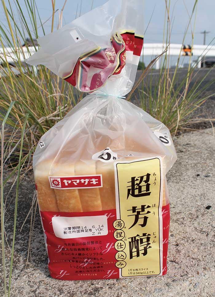 パンコイのエサの食パン
