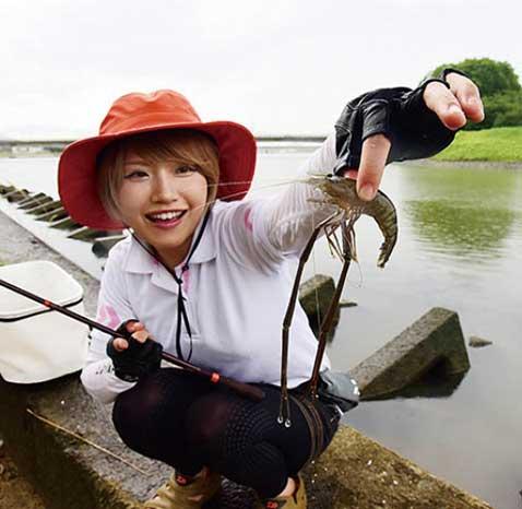 ゆる釣りテナガエビ持つみっぴ
