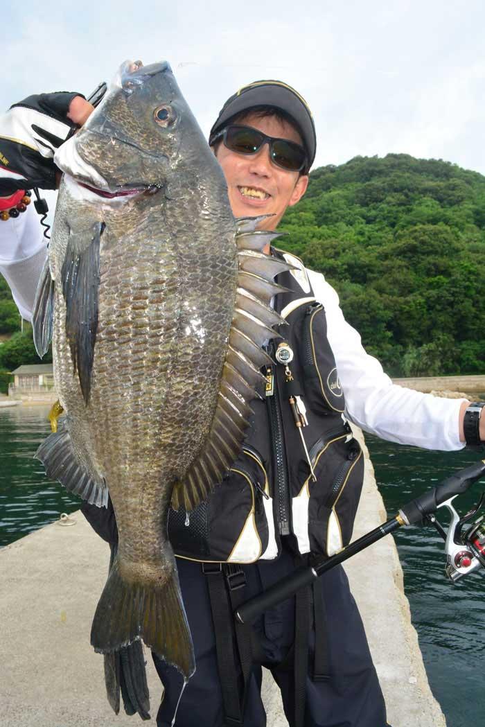 チヌを持つ美山さん 釣りぽ