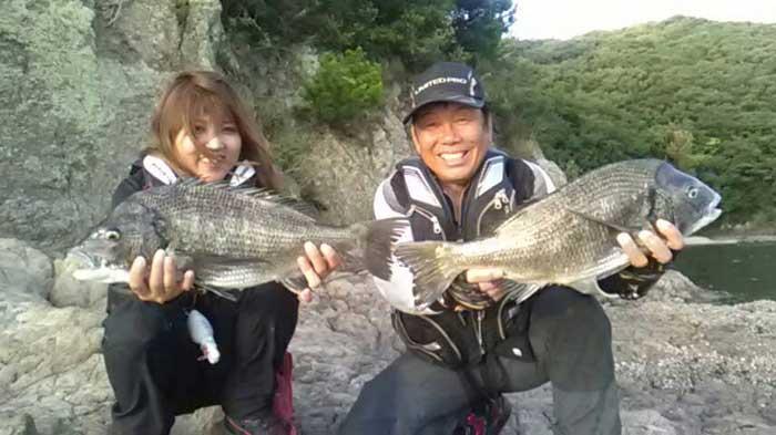 年無しチヌ持つ大知昭さんと海田さん