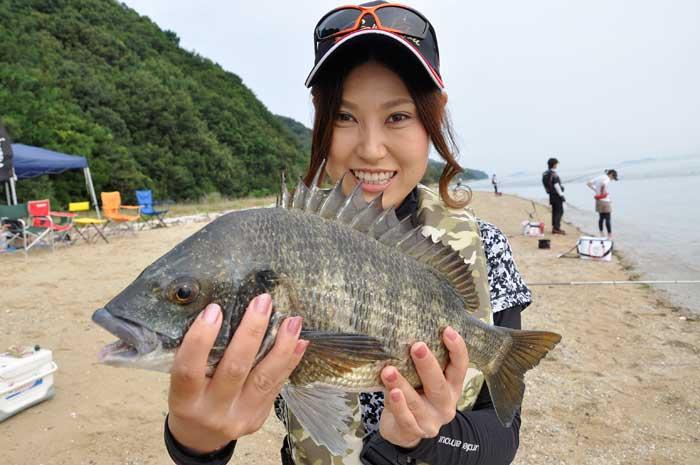 渚でチヌを釣った女性