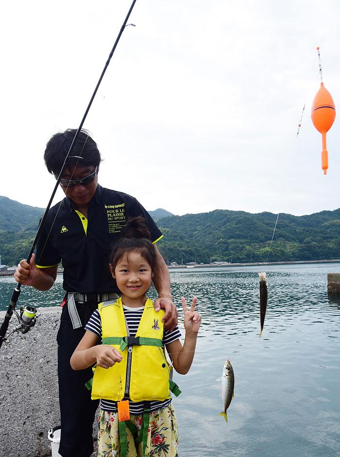 アジを釣る子ども