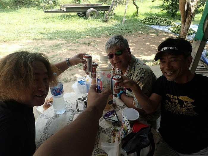 タイ カンチャナブリ クウェー川 乾杯