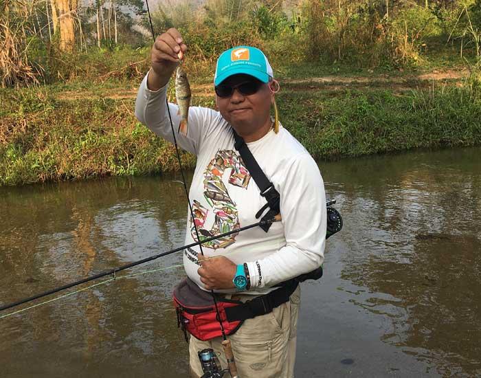 タイ カンチャナブリ クウェー川 小魚持ち