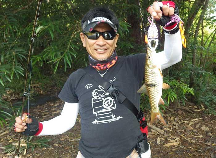 タイ カンチャナブリ クウェー川 魚持ち