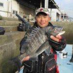 フカセ釣りで良型チヌをキャッチ/本島 大浦岩場(香川県・岡山県下津井出船)